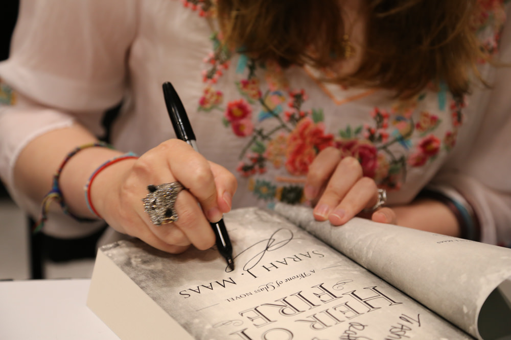 Sarah Maas signing Heir of Fire