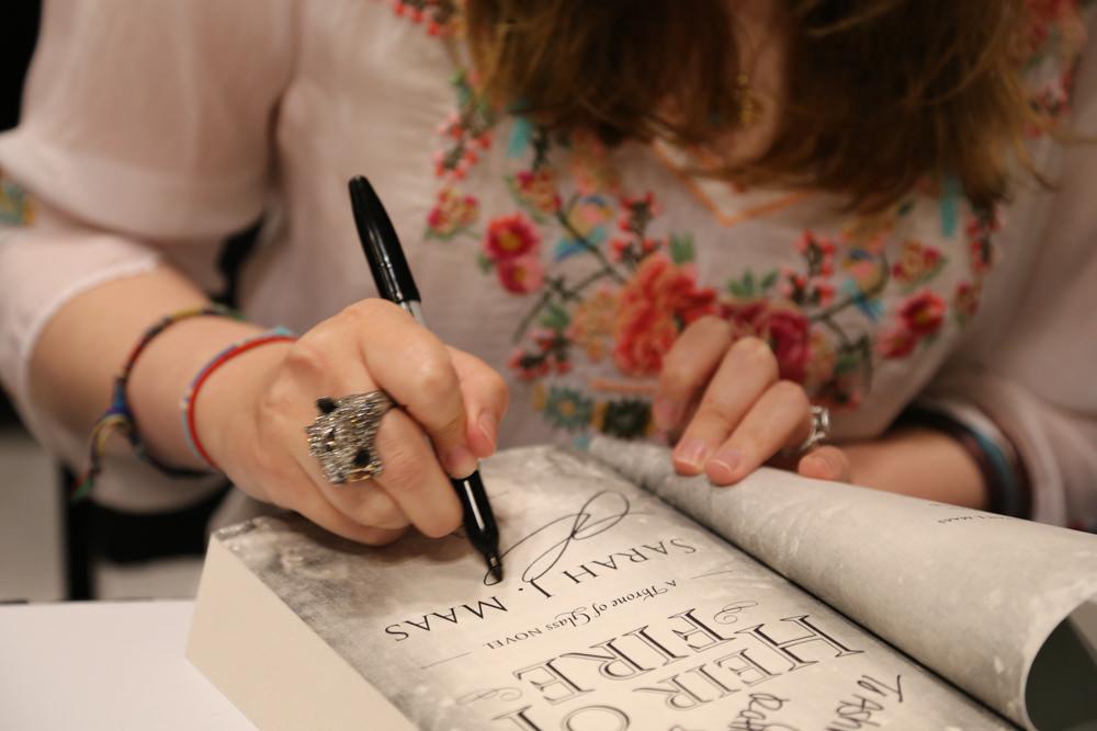 Sarah Maas signing Heir of Fire