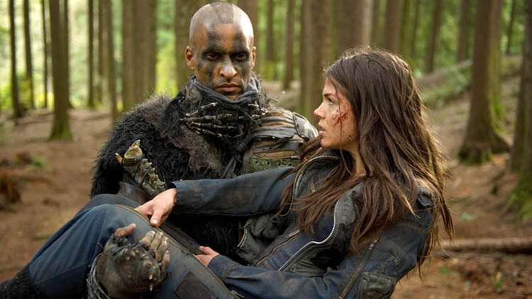 The 100: Lincoln carrying Octavia through the woods